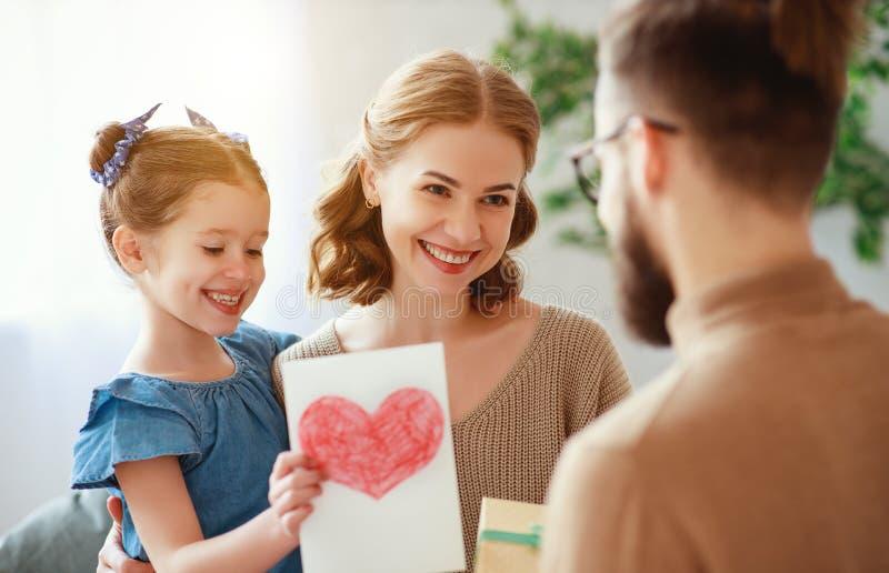 Счастливый День отца! мама и дочь семьи поздравить папы и дать подарок стоковое изображение