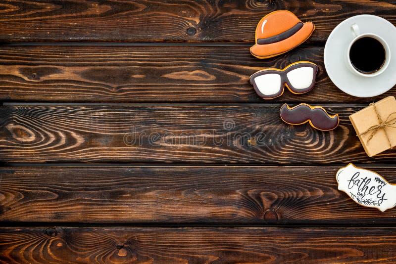 Счастливый день отца со шляпой, стеклами, печеньями усика, подарком и кофе на деревянном модель-макете взгляда сверху предпосылки стоковое изображение rf