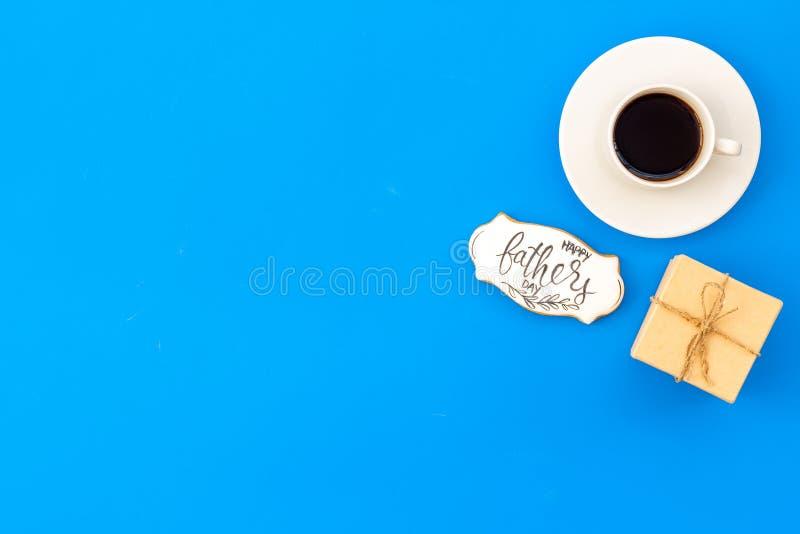 Счастливый день отца с подарком и кофе на голубом модель-макете взгляда сверху предпосылки стоковое фото rf