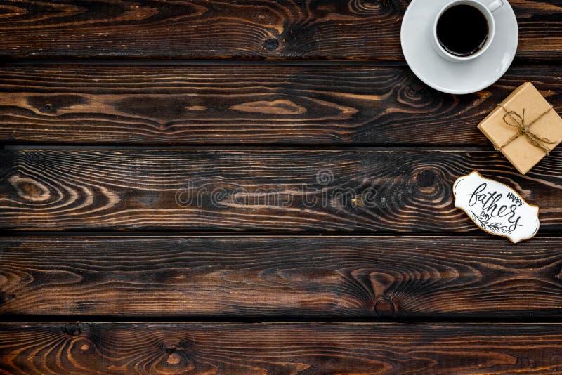 Счастливый день отца с подарком и кофе на деревянном модель-макете взгляда сверху предпосылки стоковые фотографии rf