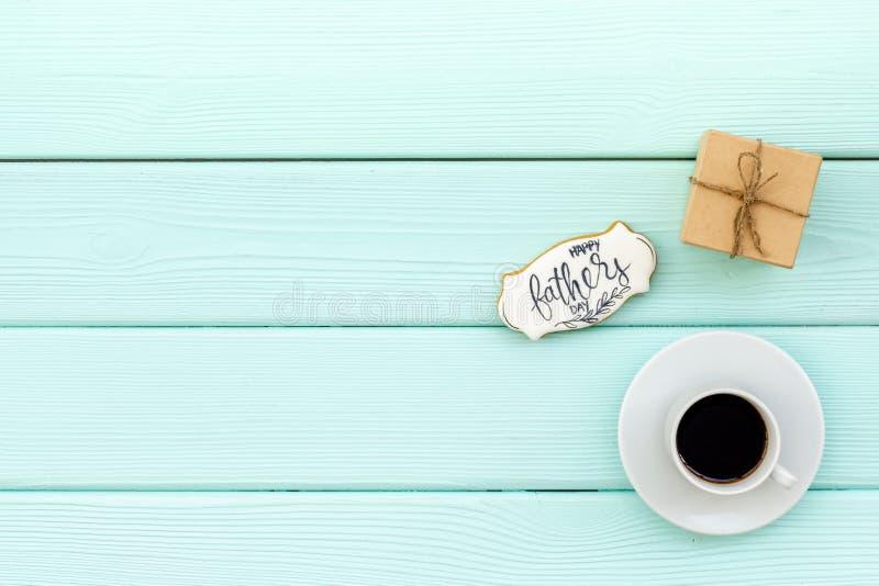 Счастливый день отца с подарком и кофе на модель-макете взгляда сверху предпосылки мяты зеленом деревянном стоковое изображение rf