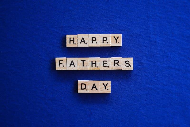 Счастливый день отцов на изолированной предпосылке стоковое фото