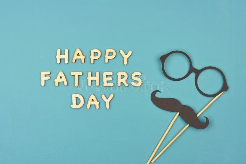 Счастливый день отцов с усиком и стеклами над голубой предпосылкой стоковые фотографии rf