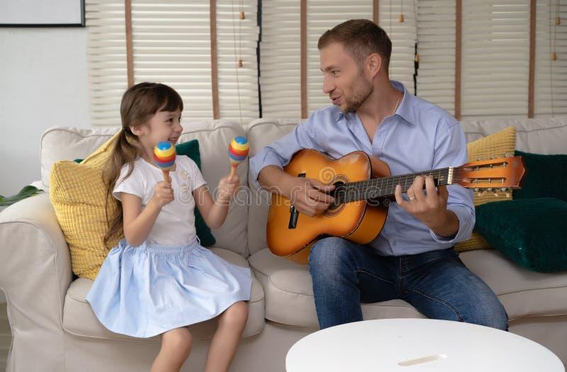 Счастливый день ` s отца Смешной портрет усмехаясь отца играя guit стоковое фото