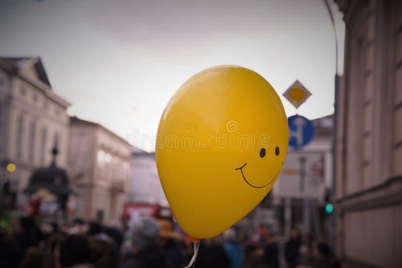 Счастливый желтый плавать воздушного шара стоковые фотографии rf