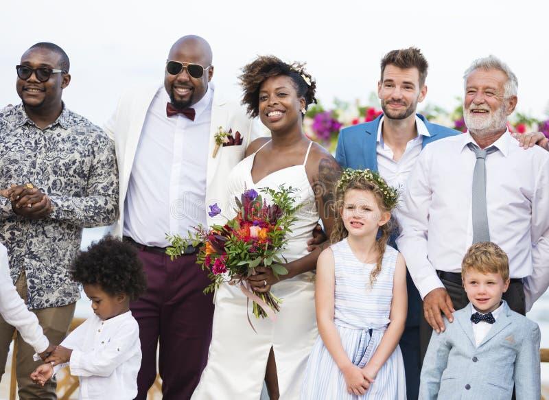Счастливый жених и невеста в свадебной церемонии на тропическом острове стоковые изображения rf
