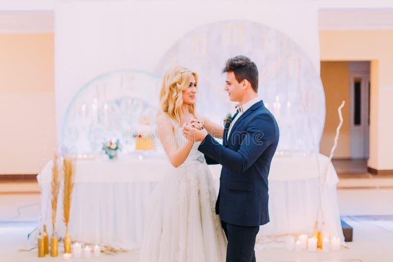 Счастливый жених и невеста грациозно танцует красный цвет торжества миндалин некоторое венчание стоковое изображение