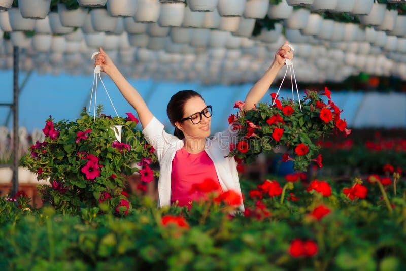 Счастливый женский ученый садоводства держа 2 цветочного горшка стоковые изображения