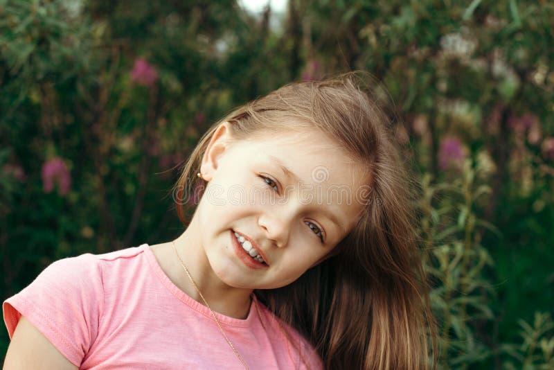 счастливый здоровый портрет маленькой девочки в саде лета стоковое изображение rf