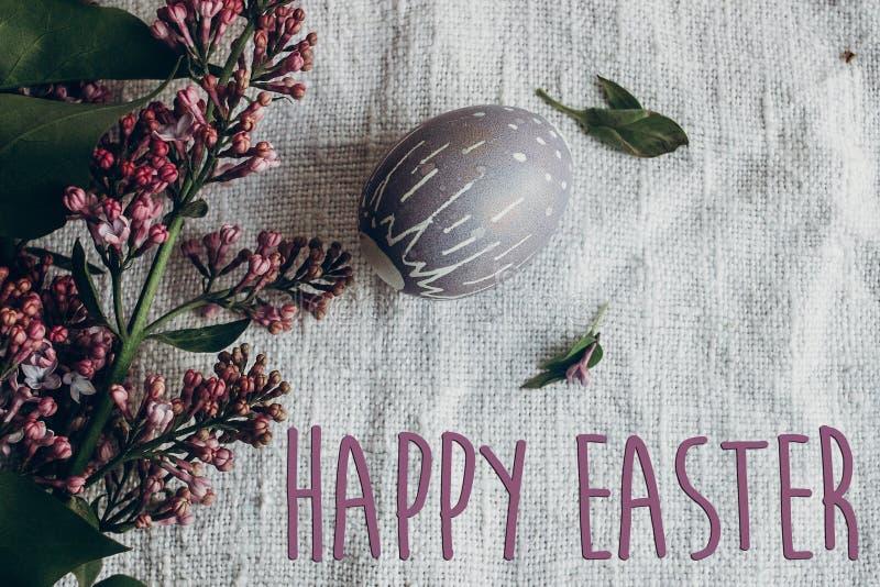 Счастливый знак текста пасхи на пасхальном яйце с ornam флористических и цыпленока стоковое фото rf