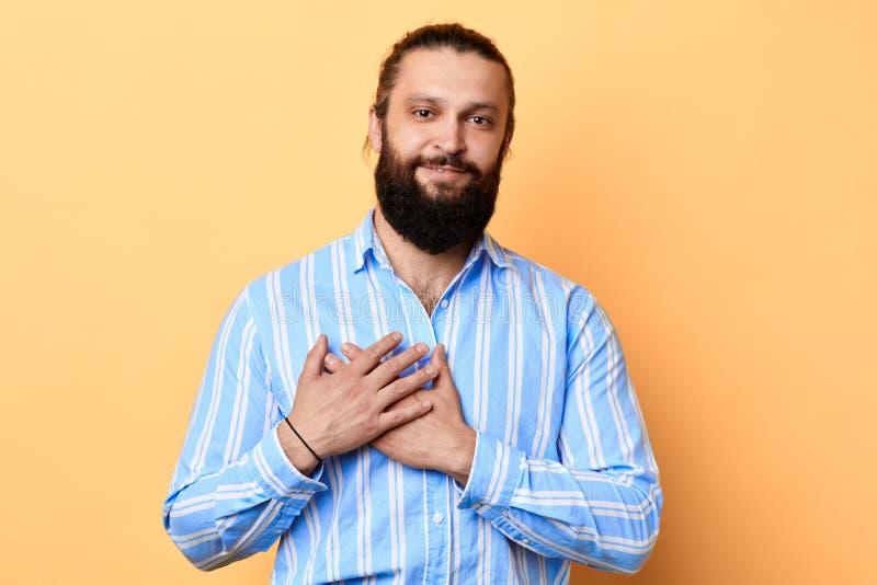 Счастливый изумленный молодой бородатый человек выражает его теплое чувство к девушке стоковая фотография