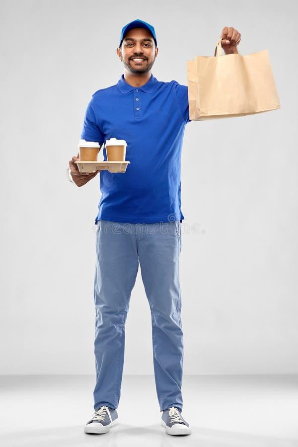 Счастливый индийский работник доставляющий покупки на дом с едой и напитками стоковые фотографии rf