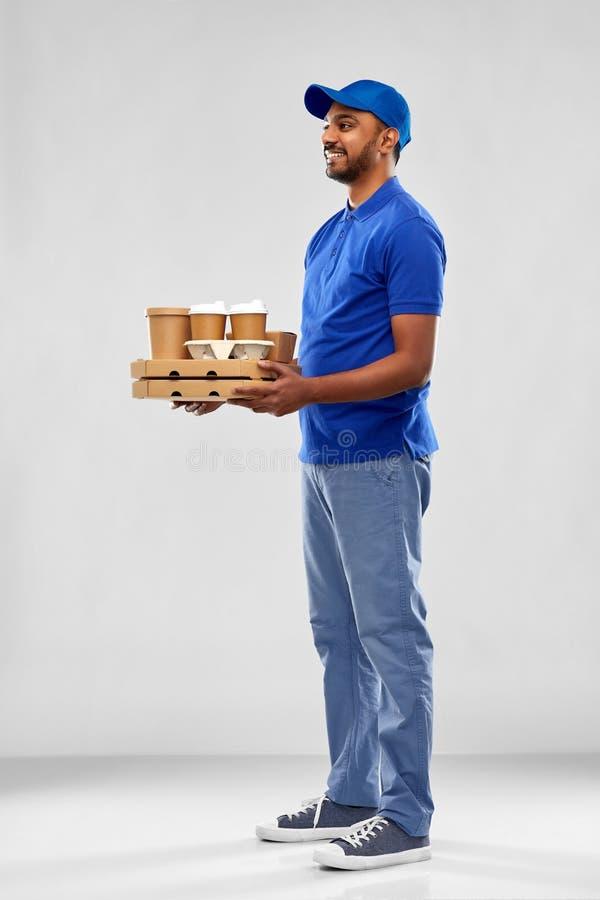 Счастливый индийский работник доставляющий покупки на дом с едой и напитками стоковая фотография rf
