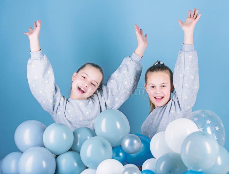 Счастливый и беспечальный Маленькие девочки празднуя день рождения Небольшие дети имея день рождения Счастливые дети наслаждаются стоковое фото