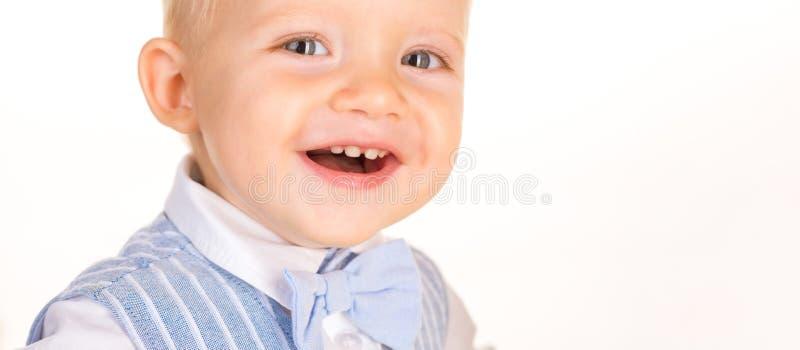 Счастливый и стильный E Ребенок мальчика с взглядом моды Небольшой младенец внутри стоковая фотография