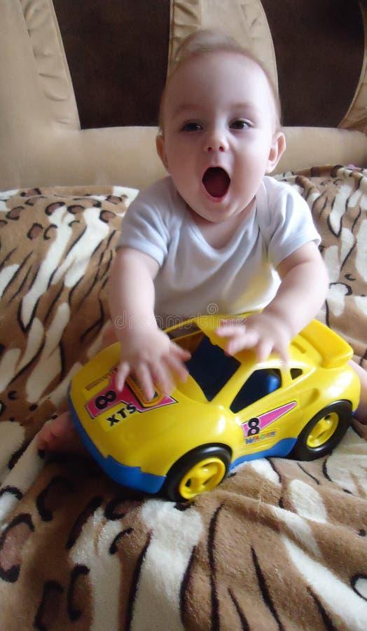 Счастливый и удивленный ребенок с открытым ртом стоковые фото