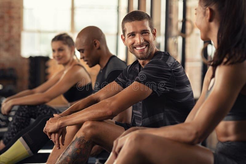 Счастливый класс фитнеса отдыхая в разговоре стоковое изображение