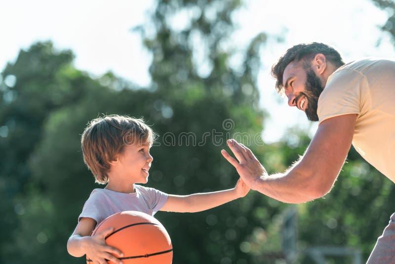 Счастливый конец-вверх мальчика и папы стоковое изображение rf