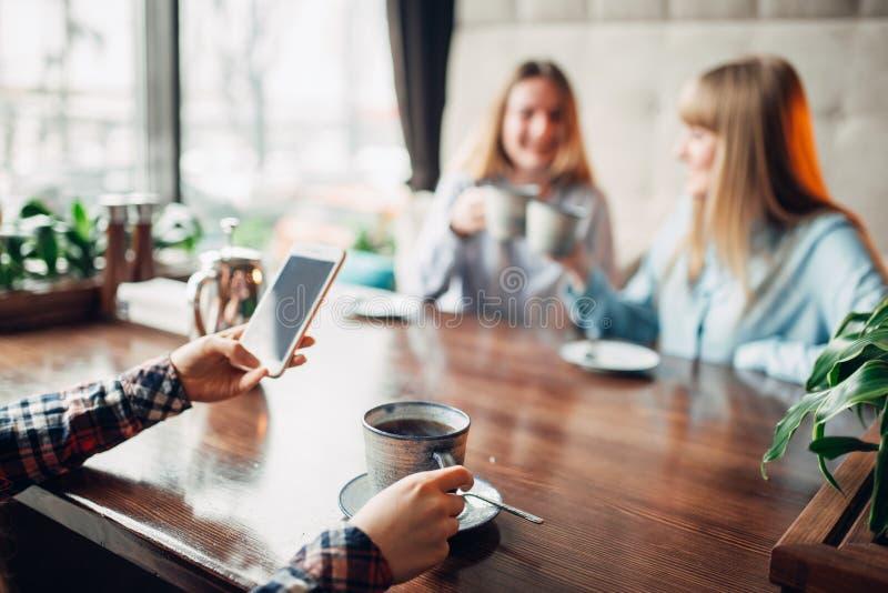 Счастливый кофе пить подруг в кафе стоковые фото