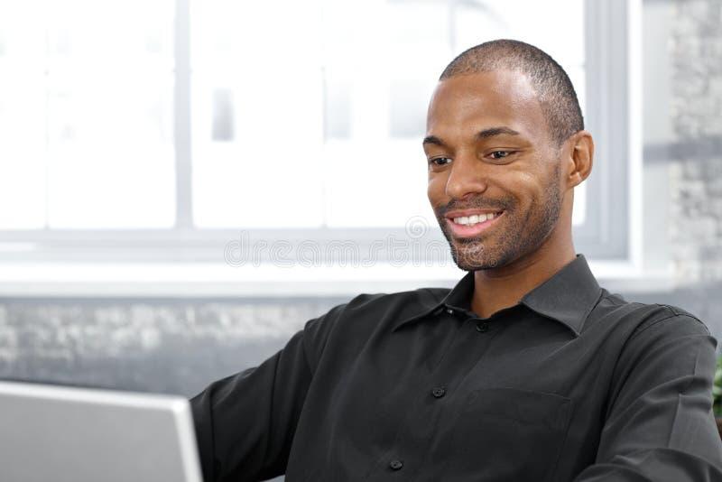 Счастливый красивый афро человек стоковое изображение