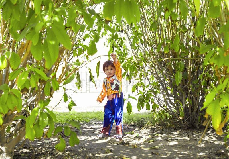 Счастливый маленький ребенок играя супергероя стоковое фото