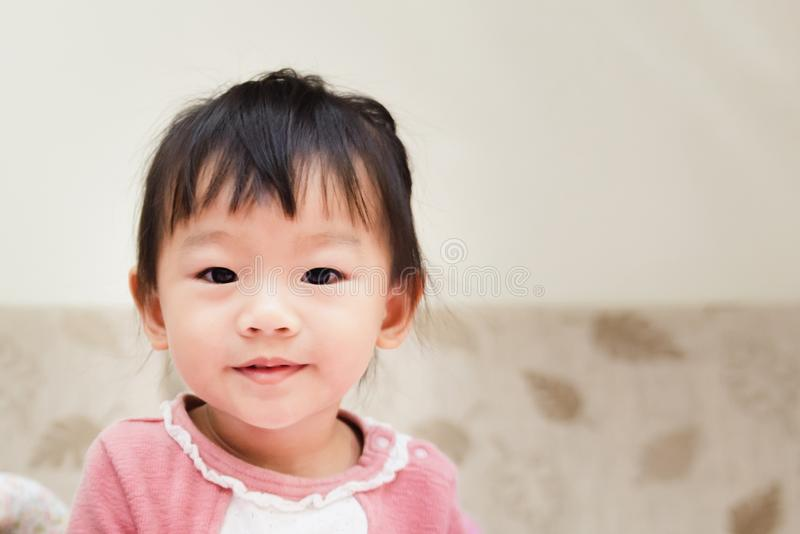 счастливый маленький ребенок усмехаясь после бодрствования вверх и играя над кроватью в расслабленном утре стоковое фото rf