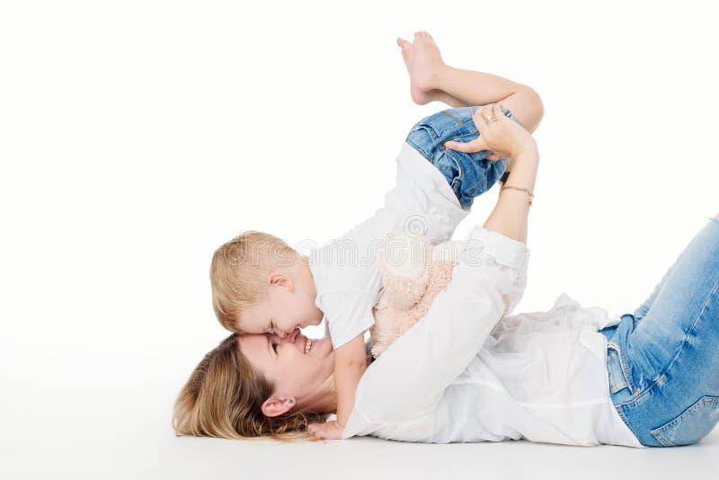счастливый маленький сынок мати стоковое фото rf