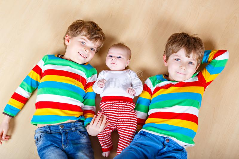 Счастливый маленький preschool 2 ягнится мальчики с newborn ребёнком, милой сестрой Братья, дети близнецов и игра младенца стоковые фотографии rf