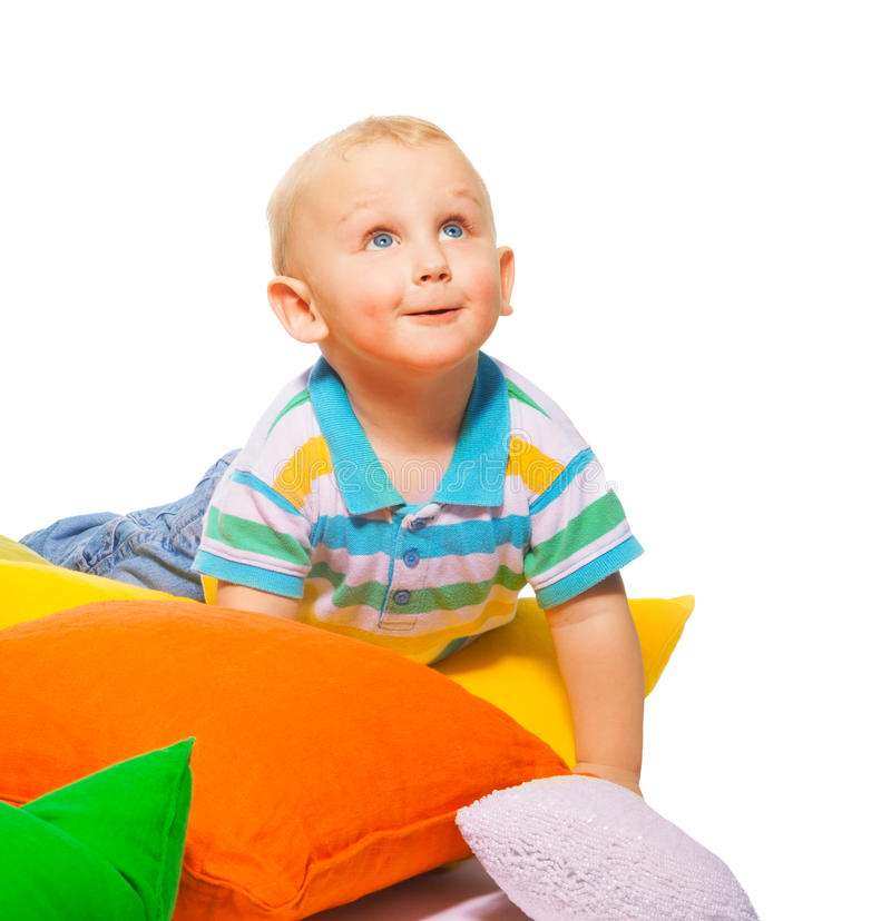 Счастливый малыш в подушках стоковая фотография rf