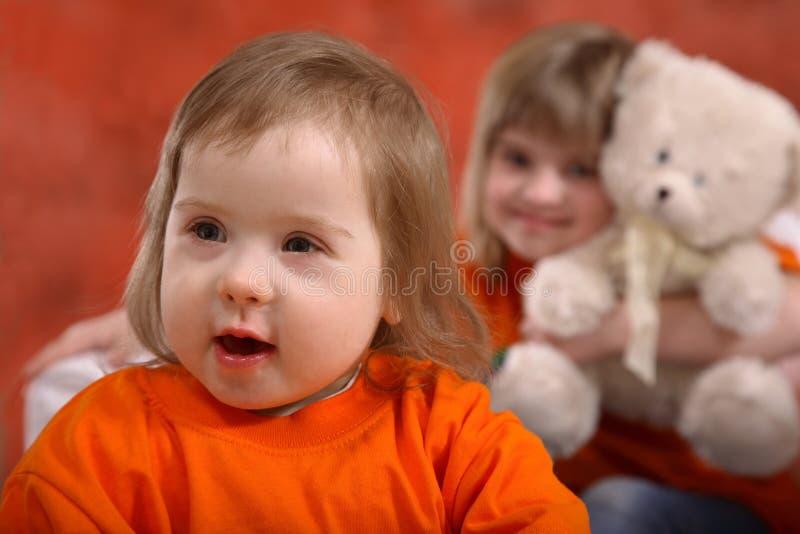 счастливый малыш сестры стоковые фото