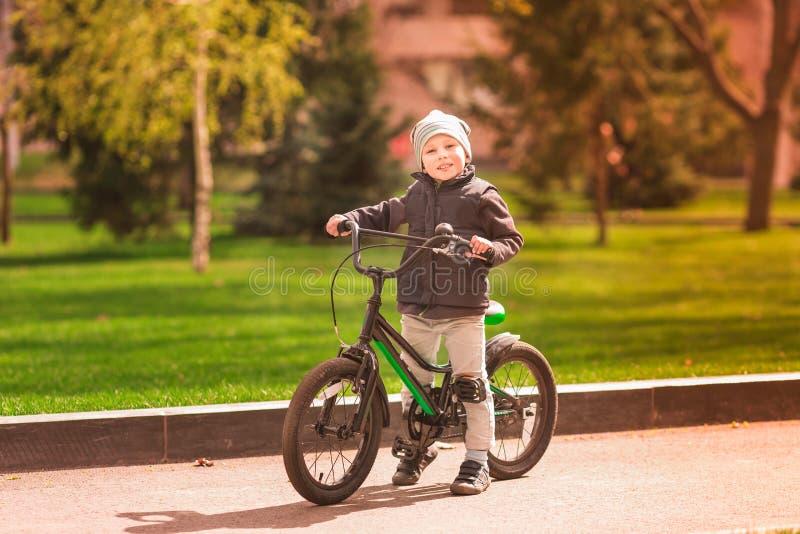 Счастливый мальчик ехать велосипед стоковое фото rf