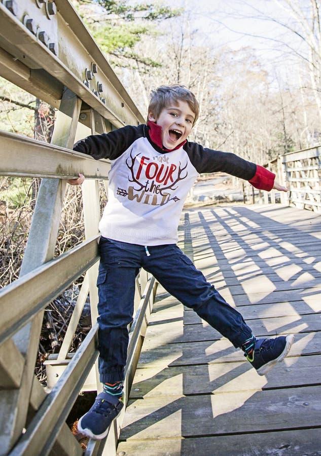Счастливый мальчик играя снаружи стоковые изображения rf