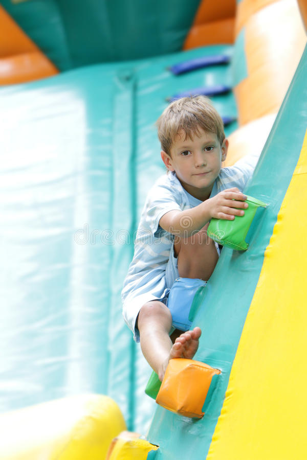 Счастливый мальчик имея потеху на trampoline outdoors стоковые фотографии rf