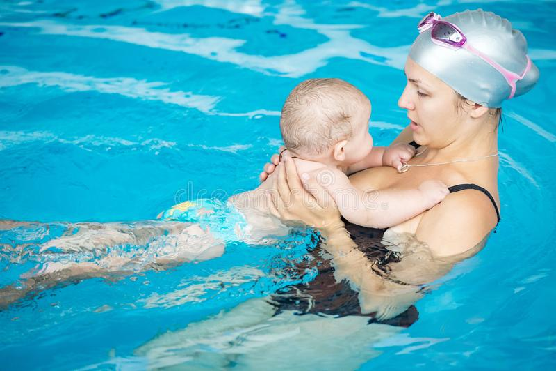 Счастливый мальчик имея потеху с его матерью в бассейне стоковая фотография rf