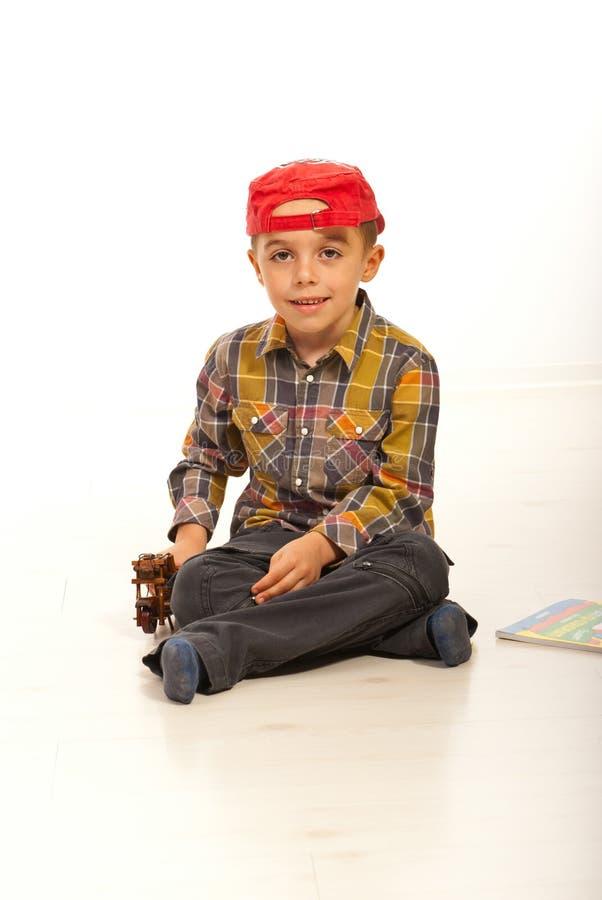 Счастливый мальчик малыша сидя на поле стоковые изображения rf