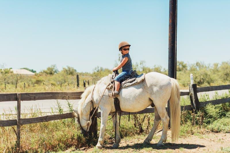 Счастливый мальчик наслаждаясь летними каникулами в Camargue стоковое изображение rf