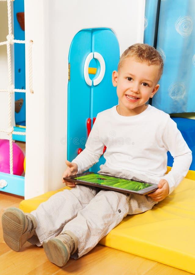 Счастливый мальчик с устройством стоковые изображения