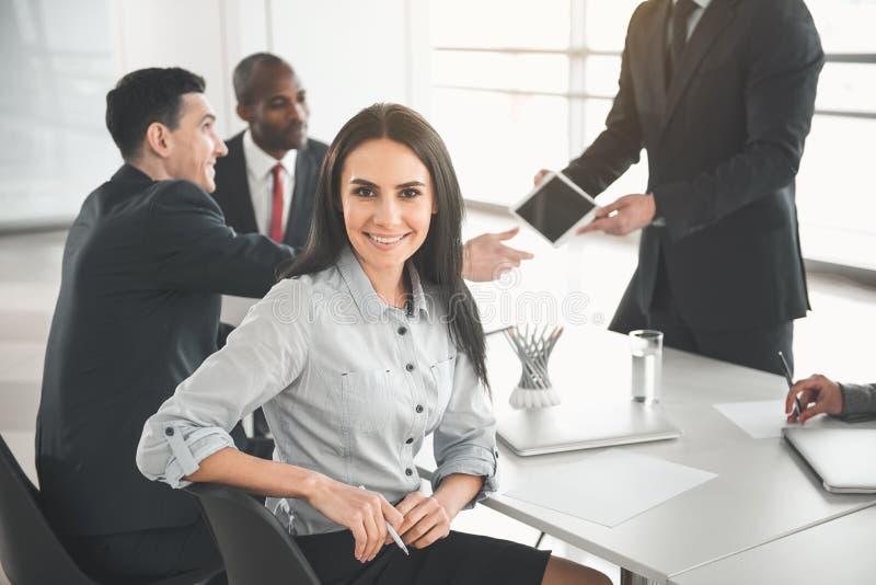 Счастливый менеджер наслаждаясь переговорами с сотрудниками стоковые изображения rf