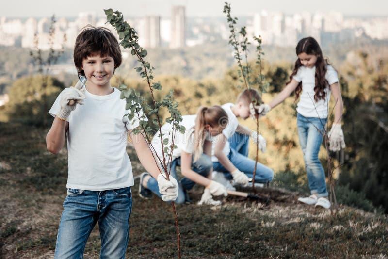 Счастливый милый мальчик сохраняя окружающую среду стоковые изображения rf