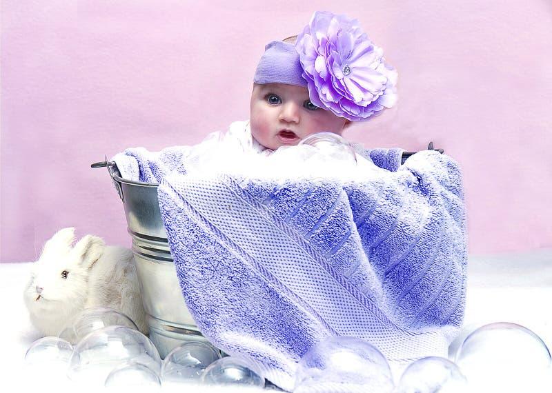 Счастливый младенец в ушате стоковые фото