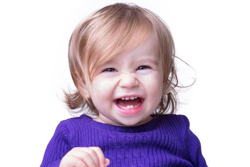 Счастливый младенец смеясь над свободно стоковое фото