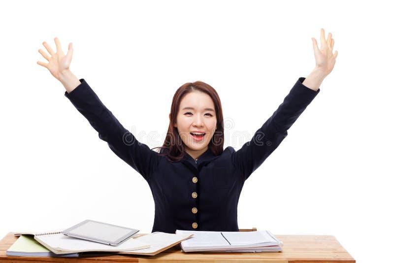 Счастливый молодой азиатский студент на столе стоковые изображения rf