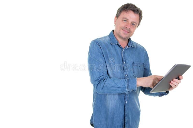 Счастливый молодой человек используя планшет цифров в белой предпосылке и бортовом космосе экземпляра стоковая фотография rf