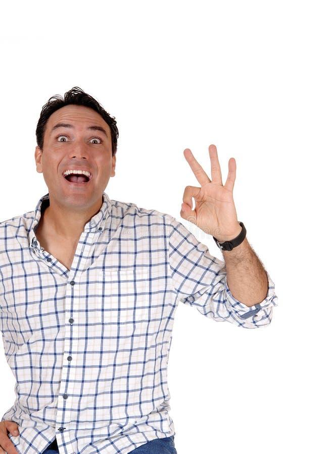 Счастливый молодой человек подписывает О'КЕЫ с его пальцем стоковые изображения rf
