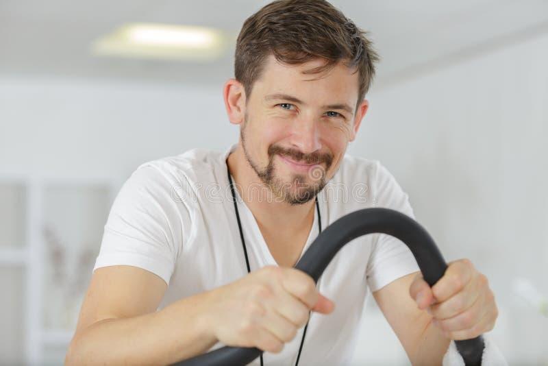 Счастливый молодой человек после закручивать класс стоковое изображение rf