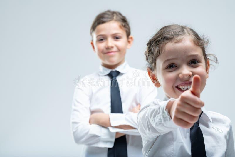 Счастливый мотивированный давать маленькой девочки большие пальцы руки вверх стоковая фотография