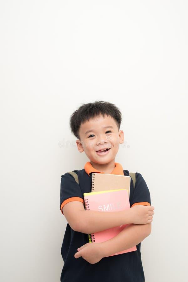 Счастливый мужской элементарный зрачок держа книги стоковая фотография rf
