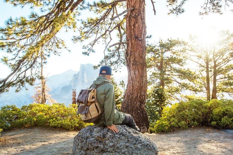 Счастливый национальный парк Yosemite посещения hiker в Калифорния стоковая фотография rf