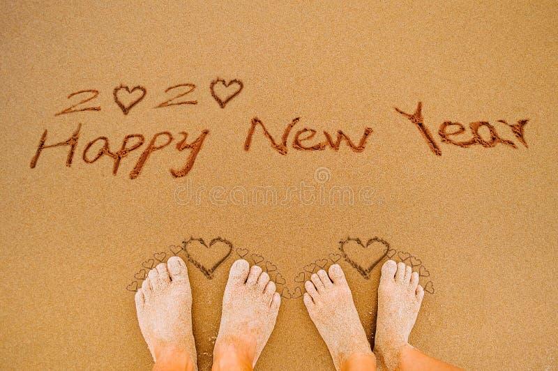 Счастливый Новый Год 2020 и ноги любовника стоковые фотографии rf