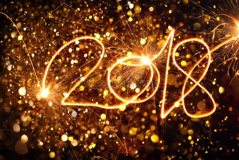 Счастливый Новый Год 2018 написанный с искрой стоковое фото rf